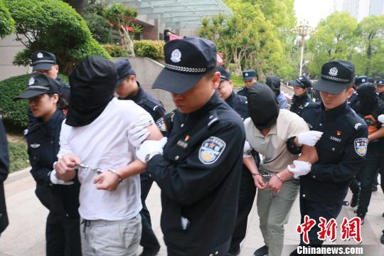 图为犯罪嫌疑人被押解到郑州市公安局郑东分局。 李超庆 摄