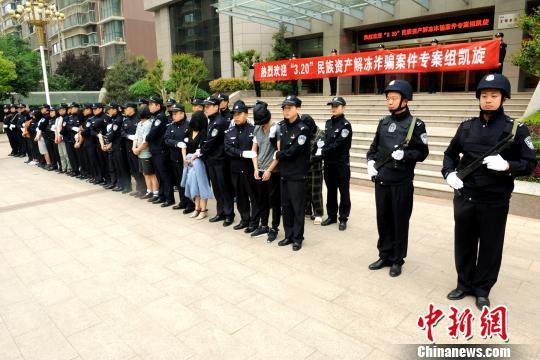 图为4月20日下午,部分犯罪嫌疑人乘高铁被押解回郑州。 郑州市公安局供图 摄