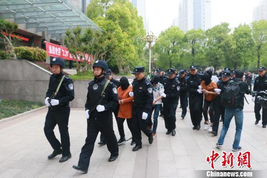 图为4月20日下午,部分犯罪嫌疑人乘高铁被押解回郑州。 李超庆 摄