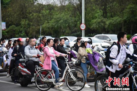 出行的市民普遍穿着外套。 王以照 摄