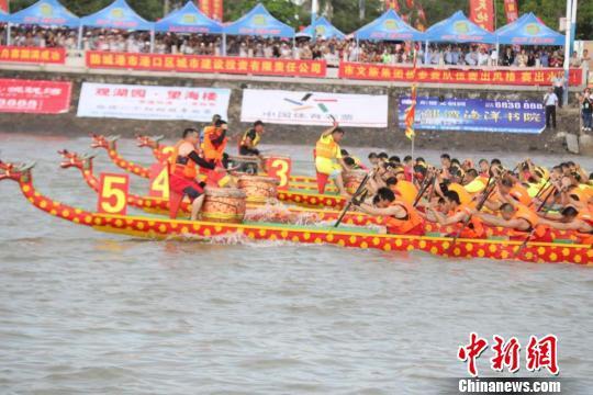中越17支队伍角逐防城港市海上国际龙舟赛