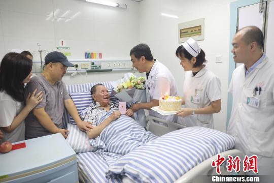 6月7日,南溪山医院医护人员为来自台湾的任老先生过九十岁生日。 李先帅 摄