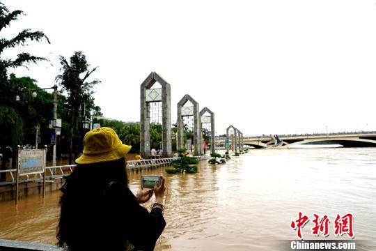 图为一民众在桂林解放桥滨江路拍摄洪水。 唐梦宪 摄