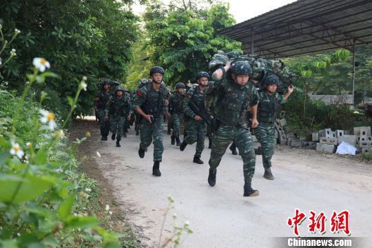特战队员进行武装奔袭。 李灿明 摄
