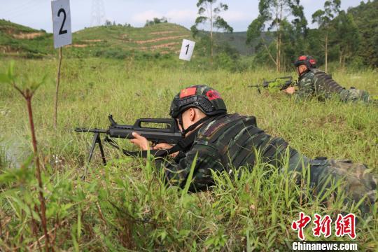 重火器手进入射击阵地射击。 李灿明 摄