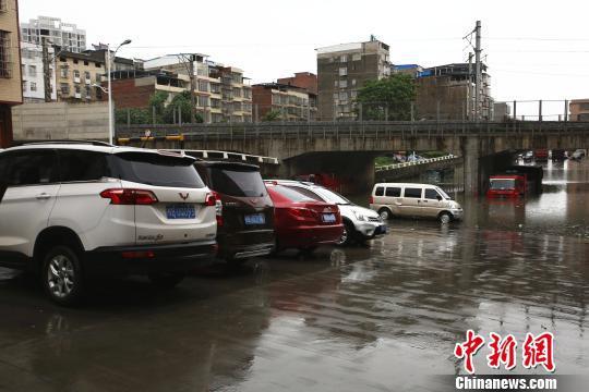 该涵洞还未启用,附近不少居民将此当成停车场。 朱柳融 摄