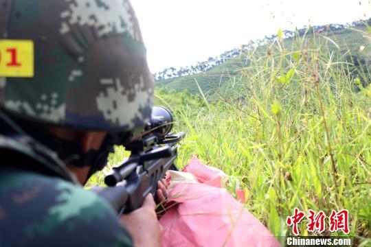 狙击手对1号目标进行狙击。 李灿明 摄