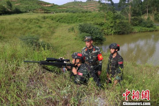 狙击手对2号目标进行狙击。 李灿明 摄