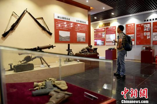 图为观众在灌阳县新圩阻击战陈列馆参观。 俞靖 摄