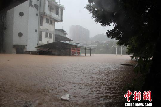 桂林暴雨内涝一家6口被困 消防迅速转移被困人员