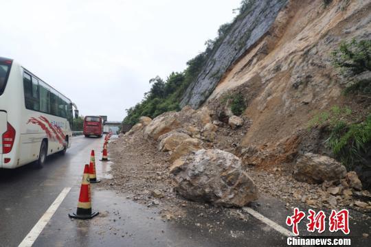 高速塌方致G75兰海高速黔南段受阻 交警全力恢复通行