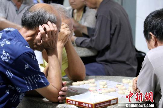 民众在柳州市马鞍山人防工程避暑纳凉点内下棋。 覃诗明 摄