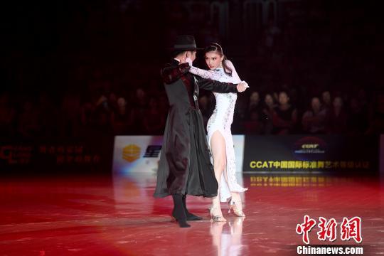 图为开幕式上演中国首部国标舞剧《海河红帆》。 俞靖 摄
