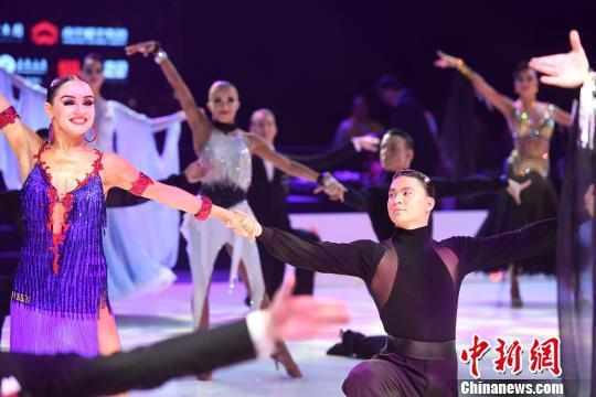 中外舞者比拼舞技。 俞靖 摄