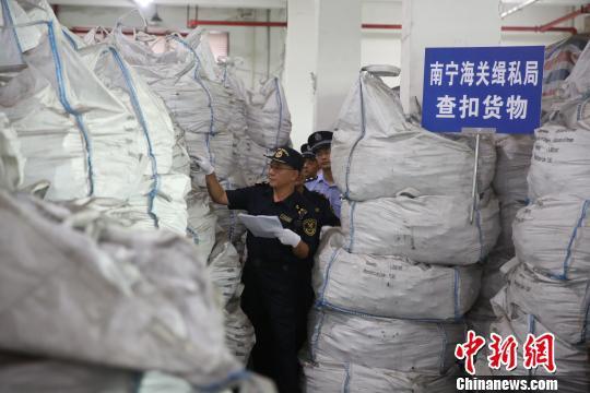 邕海关打掉废旧衣服走私犯罪团伙 查扣废旧衣服约50吨