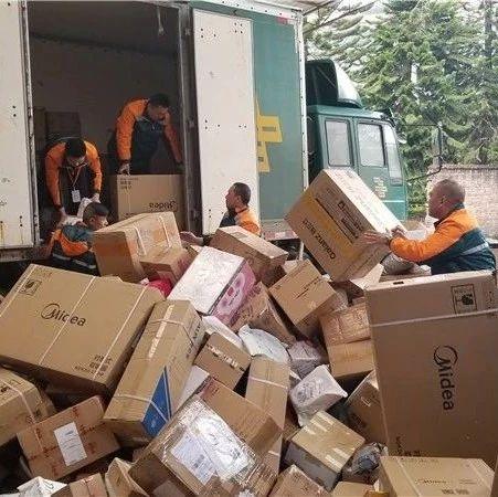 桂林快递小哥日送快递300件忙疯了 你的包裹到了没