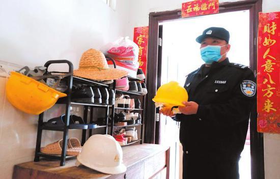 涉传人员在门前鞋架上放施工安全帽和草帽伪装成农民工住处,被执法人员识破