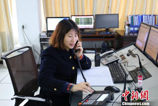 客运员刘韦林每天接打电话800余次。 李育全 摄