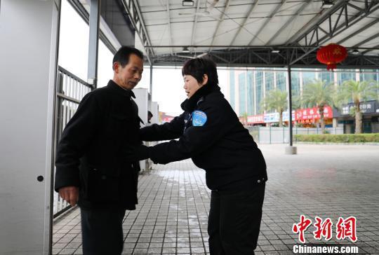 安检员康桂成每天挥动安检棒近10000多次。 李育全 摄
