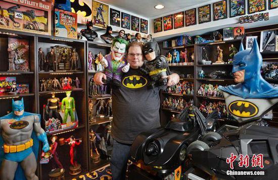 美国佐治亚州的布拉德·拉德那(Brad Ladner)自1988年《蝙蝠侠:家庭之死》发售时开始收集蝙蝠侠周边,收藏8226个蝙蝠侠有关纪念品。吉尼斯世界纪录官方供图