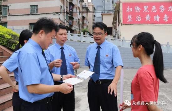 检察官们开心地接过蒋仕萍的大学录取通知书看了又看,对她取得的成绩表示祝贺