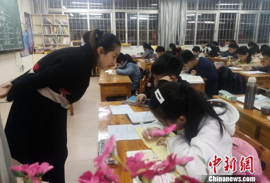 一名教师在解答学生问题。 朱柳融 摄