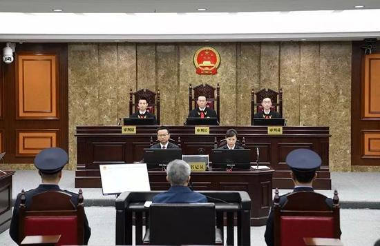 图为南宁中院副院长余万庆担任审判长组成合议庭审理案件