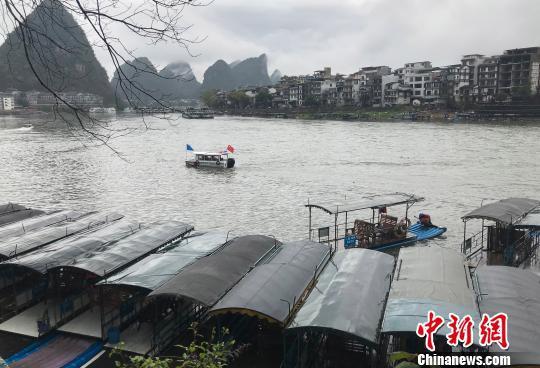 强降雨导致桂林漓江1800多艘排筏全线封航