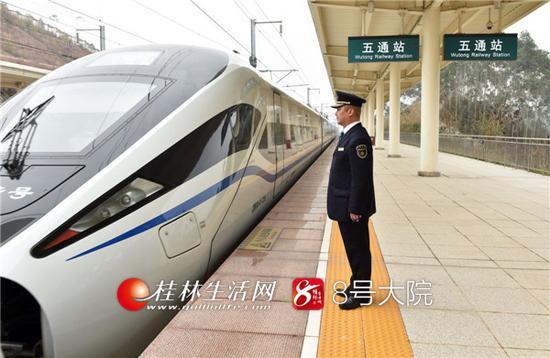 2018年3月13日中午12时45分,随着D1814动车组的驶入,桂林市临桂区迎来了首批高铁旅客,标志着贵广高铁五通站正式开通使用。 记者唐艳兰 摄