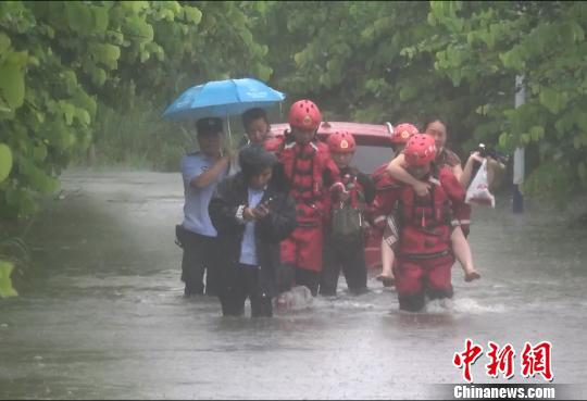 强降雨致多人被困 桂林消防紧急开展营救