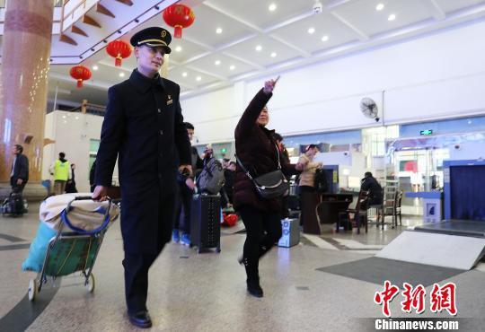 客运值班员王海涛每天来回行走26000多步。 郑长贤 摄