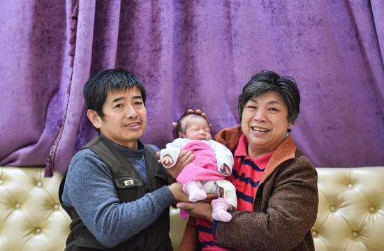 儿子意外去世一年后 59岁妈妈冒死生下试管婴儿