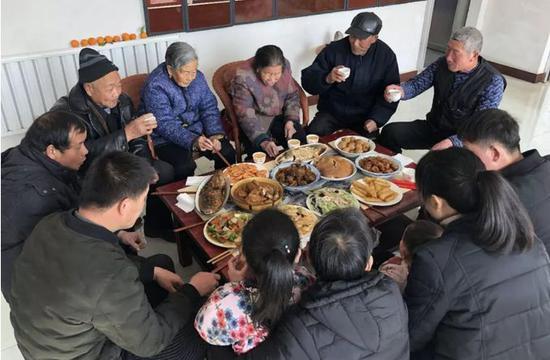 ▲鲁中小村,男女老少一家人齐齐整整坐在一起就餐。新京报记者王瑞锋 摄