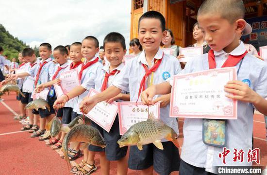 获奖学生展示自己的特殊奖品。 龚普康 摄