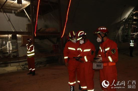 消防救援人员利用生命探测仪进行生命迹象探测。石远波摄