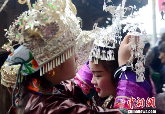 参加活动的女子在穿戴银头饰。 滚亿忠 摄