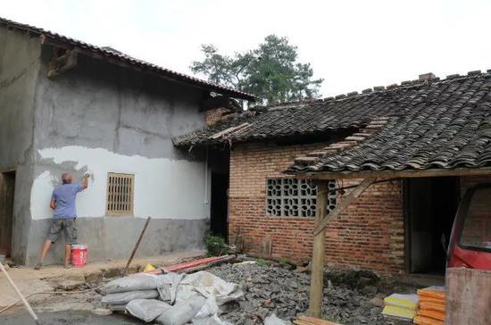 师傅正在翻新蒋仕萍家的墙壁