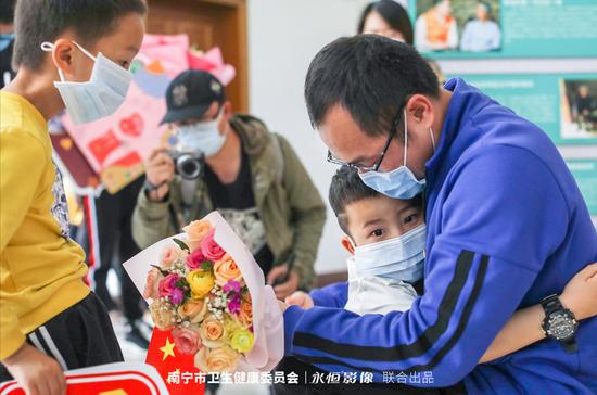 南宁市返邕的第二批援鄂医疗队6名队员结束休整回家