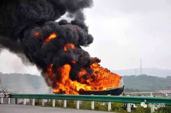 9-6南宁油罐车着火