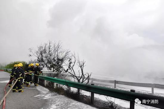 消防人员正在努力扑灭着火的油罐车