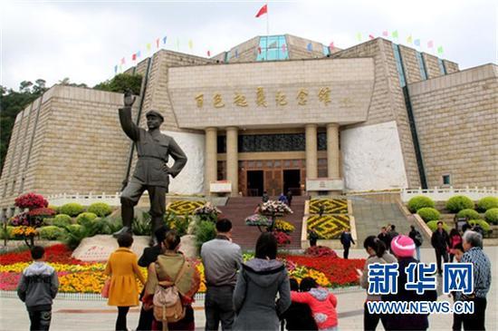 (游客在百色起义纪念馆前参观。新华社发 韦万忠摄)