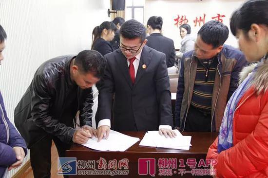 执行法官指导当事人签字