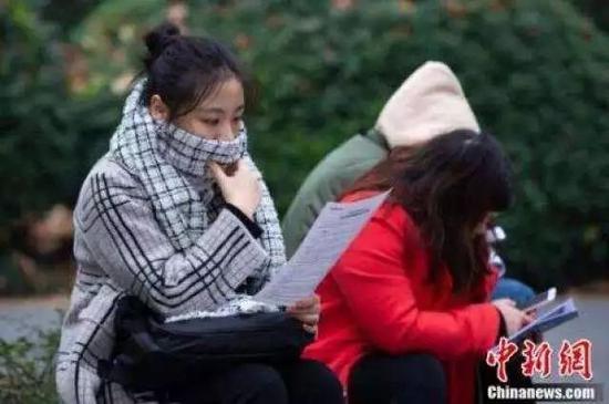 △考生在南京林业大学考点等候进场时复习