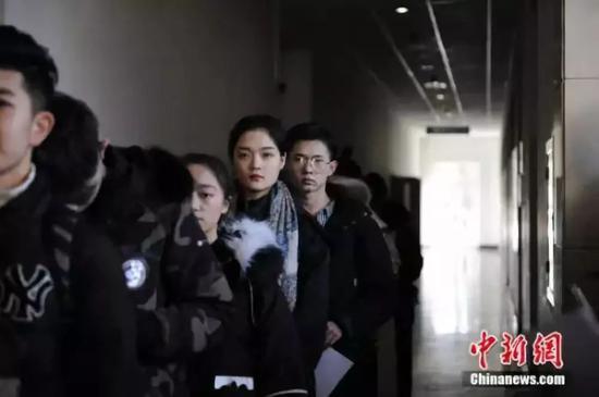 中传影视表演类专业考生在候考。中新网记者 李骏 摄