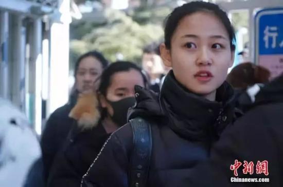 图为考生考试结束后走出校门。中新社记者 张兴龙 摄