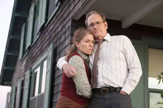 ▲由小说改编的HBO迷你剧《奥丽芙·基特里奇》(2014)选取小说的几条主线,用短短四集便将父母与子女的关系、婚姻关系、生活的寂寥、人心的挣扎展现得细致入微。图为该剧剧照。