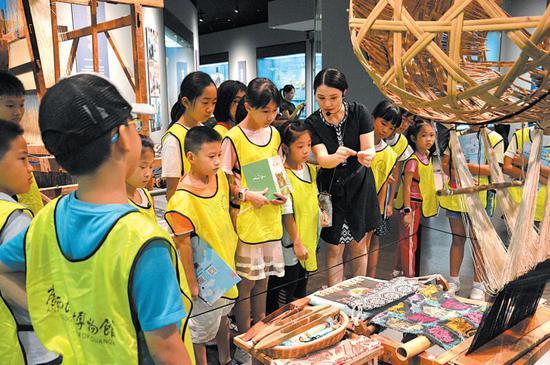 图为假期里孩子们走进广西民族博物馆,观看了解精美展品 广西民族博物馆 供图