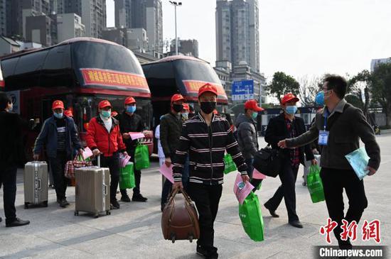 资料图:自2月中旬复工复产以来,柳州市成规模、成批次组织各县区农民工通过专车、专列、航班等方式,安全有序返岗复工。 黄恋 摄