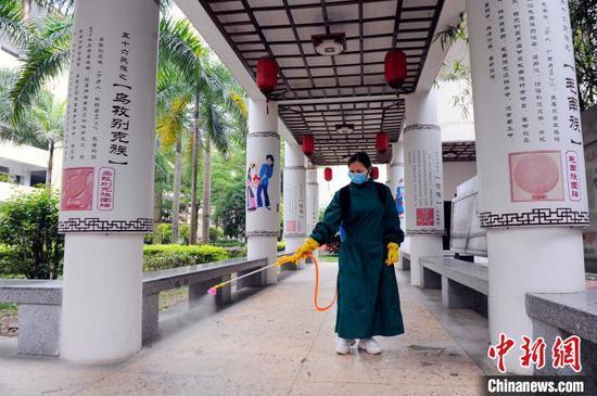 南宁市沛鸿民族中学工作人员对该校民族文化长廊进行消杀。 蒋雪林 摄