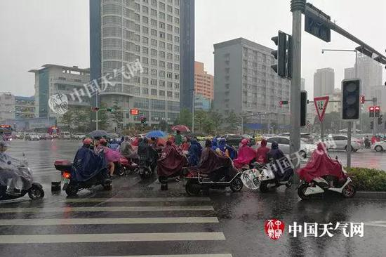 早上南宁城区持续大雨,出行的市民也是全副武装